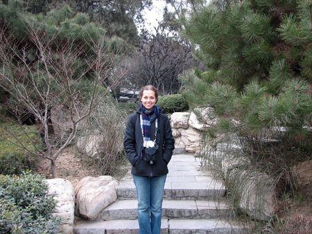Una joven mujer en clima fr�o prendas de vestir de turismo chino en un jard�n de pinos. Louyang China. Foto de archivo - 3631934