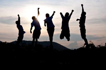 trabajo de equipo: Silueta de ni�os felices