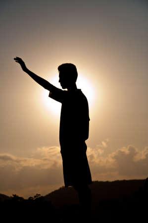 vetical: Silueta del muchacho libre feliz Foto de archivo