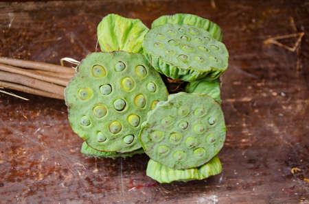 graine lotus: graines de lotus sur bois
