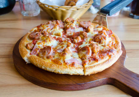 pizza cutter: pizza with ham cheese