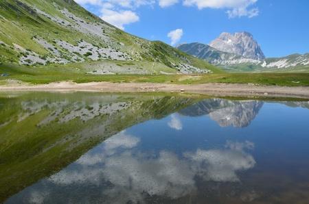 The reflect of the Gran Sasso on the lake Zdjęcie Seryjne