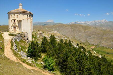 Mountain church in Abruzzo Zdjęcie Seryjne - 14092654