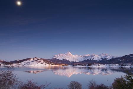 Snowy mountain at night Zdjęcie Seryjne