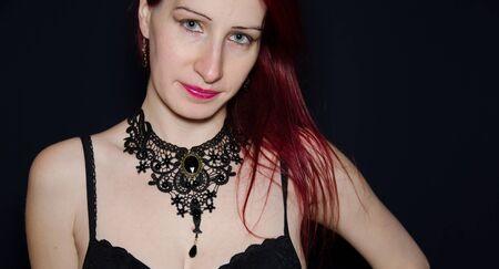 collarin: Mujer de la manera con el collar g�tico