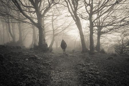 Vrouw verloren in het donkere bos