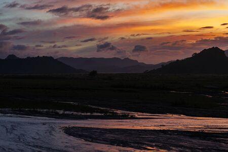 Hermosa puesta de sol en Mt.Pinatubo, Filipinas Foto de archivo