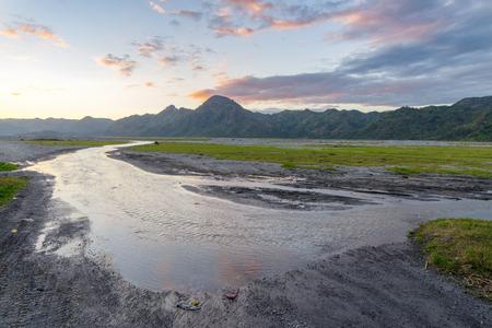 Belo pôr do sol na montanha Pinatubo, Capas, Filipinas Foto de archivo