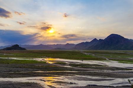 hermosa puesta de sol en Capas, Mt Pinatubo, Filipinas