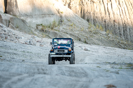 Feb 18,2018 Turistas en un tour de Pinatubo en un coche con tracción en las cuatro ruedas, Capas, Filipinas Editorial