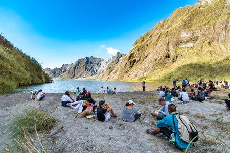 18 de febrero de 2018 Turistas y guías tomando un descanso frente al monte. Lago del cráter Pinatubo, Capas, Filipinas