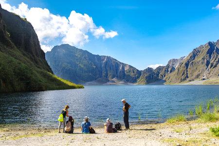 Feb 18,2018 Turistas tomando un descanso frente al lago del cráter del Monte Pinatubo, Capas, Filipinas