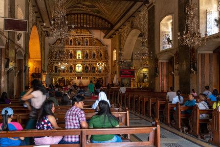 Città di Cebu, Filippine Apr 25,2018 - Persone in preghiera nella chiesa di Sto Nino