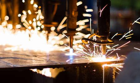 mecanica industrial: CNC de corte de gas en la placa de acero Foto de archivo