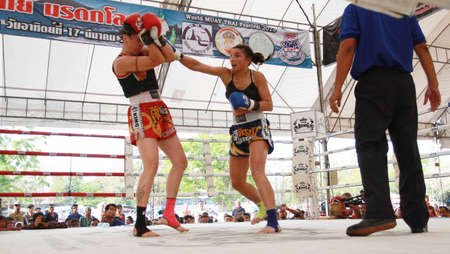 elbow pad: AYUTTHAYA, THAILAND- MARCH 17 : Thai boxing match at Muay Thai Fight Fastival on March 17, 2013, Moless (France) RED vs Tobe (Sweden) BLUE,Tobe (Sweden) BLUE is winner in Ayutthaya, Thailand.