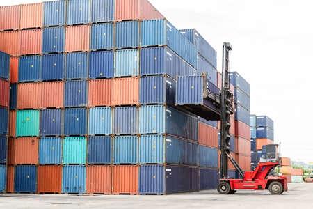 freight container: Los contenedores en los muelles con camiones