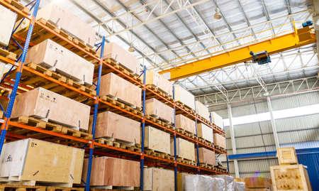 warehouse interior: Mensole e scaffali in magazzino di distribuzione interna Archivio Fotografico
