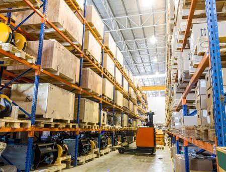 warehouse interior: Moderno magazzino con carrelli elevatori