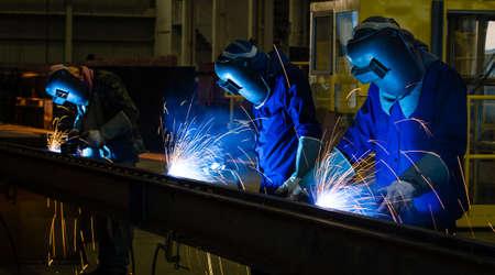 Schweißer in einer Fabrik Standard-Bild