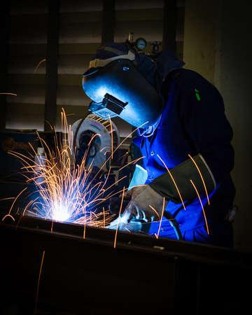 soldador: Estructura de acero de soldadura en fábrica