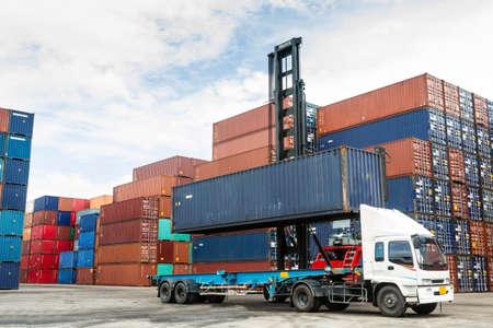 freight container: Crane levantando contenedores en el patio Foto de archivo