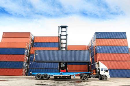 Container an den Docks mit LKW Standard-Bild