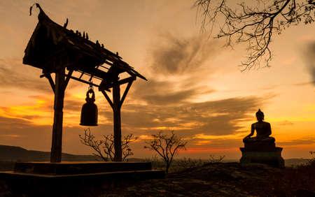 Phrabuddhachay 사원 사라 부리 주, 태국에서 일몰에서 부처님 동상 스톡 콘텐츠