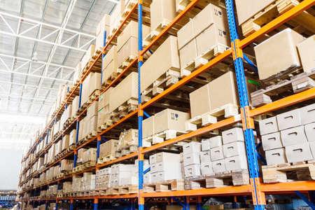 warehouse interior: File di scaffali con scatole in magazzino moderno Archivio Fotografico