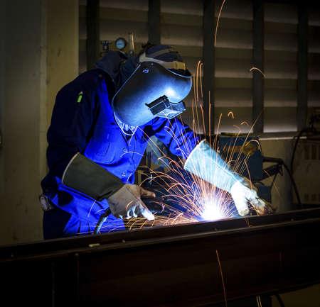 溶接金属保護マスクを持つワーカー 写真素材