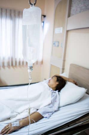 Frau Patient im Krankenhausbett