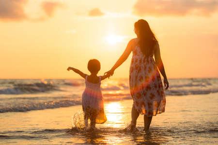 Moeder met haar dochter op het strand Stockfoto