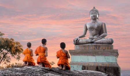 Junger Mönch in Thailand Standard-Bild - 28421610
