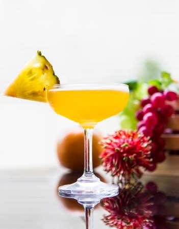 amarillo y negro: Ensaladas de fruta en el fondo blanco Foto de archivo
