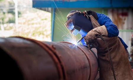 Soudage de tuyaux sur la construction du gazoduc Banque d'images - 34750120