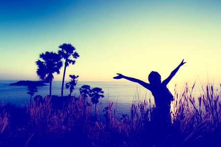 女性は空に手を取得します。自由 - 概念写真 (ヴィンテージ色) 写真素材