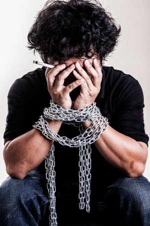 drogadiccion: Drogas hombre puños en cadenas tensas