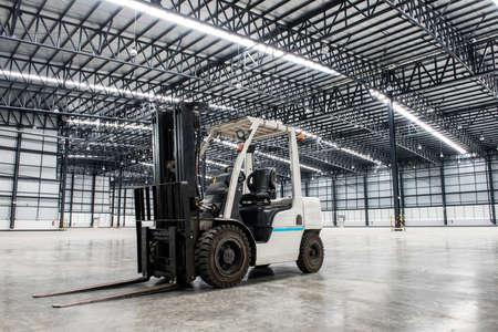 大規模な近代的な倉庫でフォーク リフト ローダー