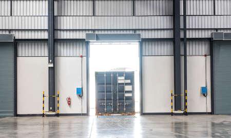 boîte de conteneurs sur les camions au quai de chargement entrepôt industrie du transport maritime