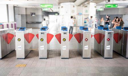 estacion de tren: Entrada del metro de todas las caras borrosa a cabo y logos  marcas eliminado Foto de archivo