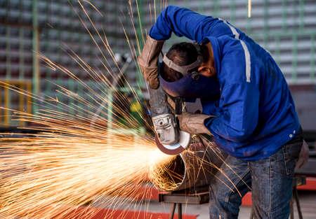 Electric wheel grinding on steel structure in factory Standard-Bild
