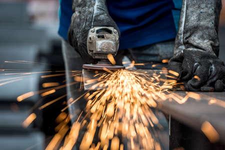 많은 날카로운 불꽃 산업 노동자 절단 금속