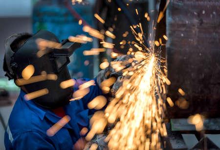 soldadura: Molienda eléctrico rueda en tubo de acero en la fábrica