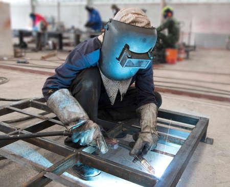 soldadura: Soldador en la fábrica Foto de archivo