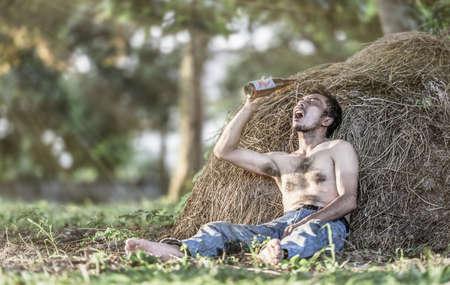alcoholismo: Alcoholismo: Solitaria y hombre borracho desesperado