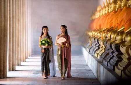 respetar: Muchacha tailandesa hermosa en traje tradicional tailandés