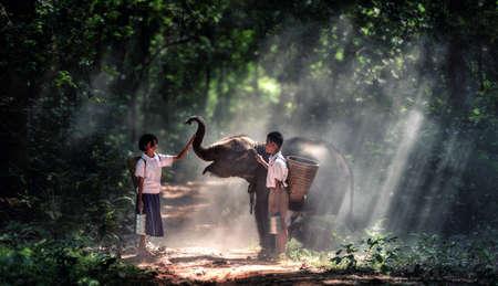 pobre: Estudiante pequeño muchacho asiático y una niña, campo en Tailandia
