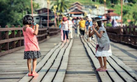 Filles asiatiques parlant sur un téléphone bidon Banque d'images - 48523830