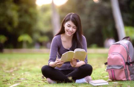 mujer leyendo libro: Estudiante asi�tico mujer universitaria en el campus
