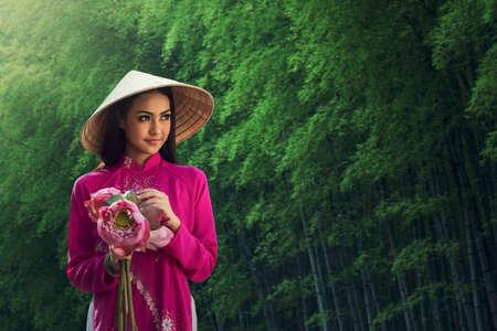 베트남어 소녀 전통적인 드레스의 초상화, 아오 다이 베트남 여성을위한 유명한 전통 의상입니다