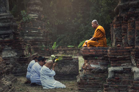 Ayutthaya, Thailand - February 22, 2016: People praying respect to monk on Ayutthaya. Roughly 95% of the Thai people are practitioners of Theravada Buddhism, the official religion of Thailand 에디토리얼